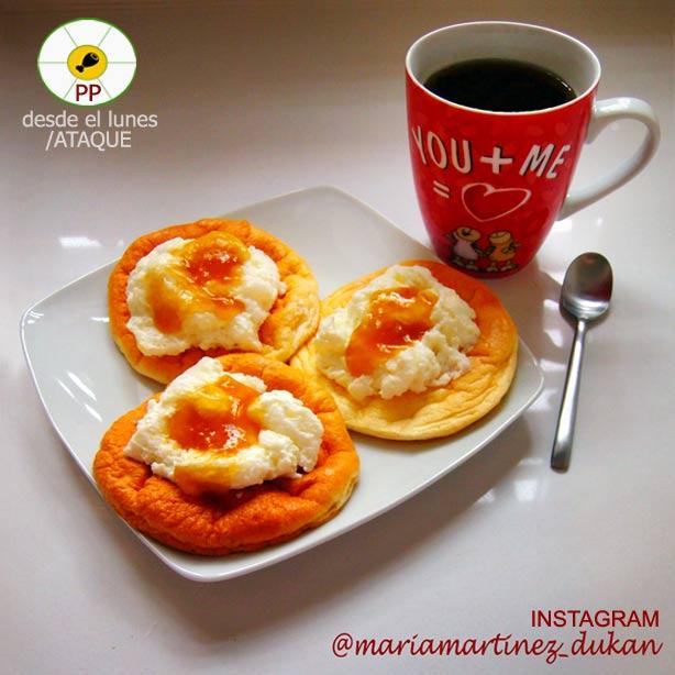 """Tortitas Dukan sin salvados con chantilly light y mermelada """"cero hidratos"""". Desayuno apto desde fase Ataque"""
