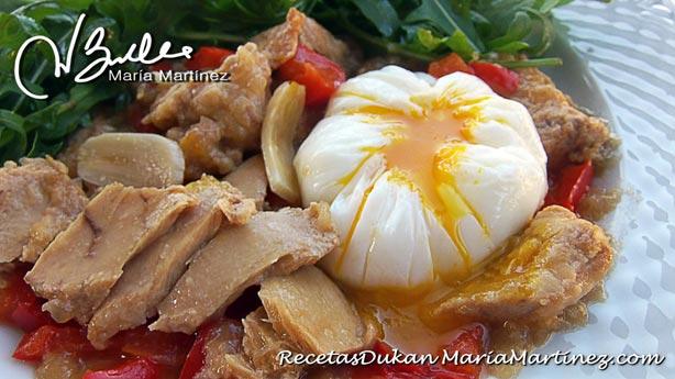 Bonito encebollado Dukan con huevo poché