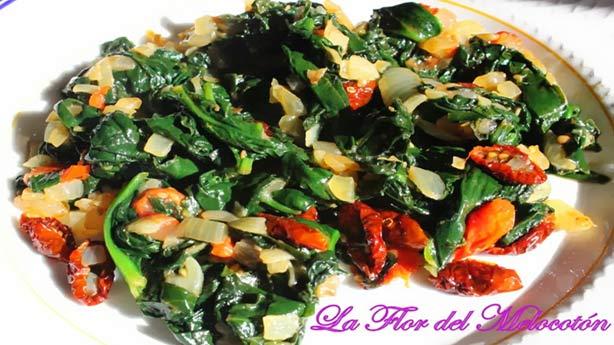 Recetas Dukan con Tomates Secos:  Espinacas con cebolla y tomates secos