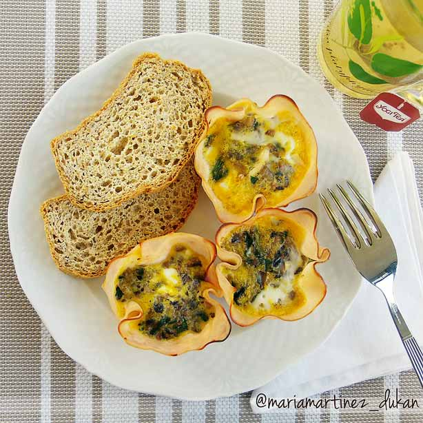 Dieta Dukan, desayuno: cestitas de huevo y pavo acompañadas de pan de lino